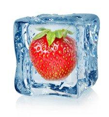 Eiswürfel mit gefrorener Erdbeere